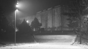 Un racconto della città dell'Aquila in bianco e nero. Vuota, silenziosa e suggestiva con angoli di vita che resistono alla distruzione.