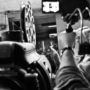 L'odore delle serate d'agosto nelle piazze delle città. Il rumore della pellicola che corre negli ingranaggi del proiettore e che si fonde con l' audio del film. I bambini che corrono davanti lo schermo ed i richiami dei genitori che cercano di seguire la storia che un fascio di luce, da dentro un camioncino, proietta su uno schermo bianco montato ora di fronte ad un teatro, ora di fronte ad un palazzo, ora di fronte ad una chiesa.